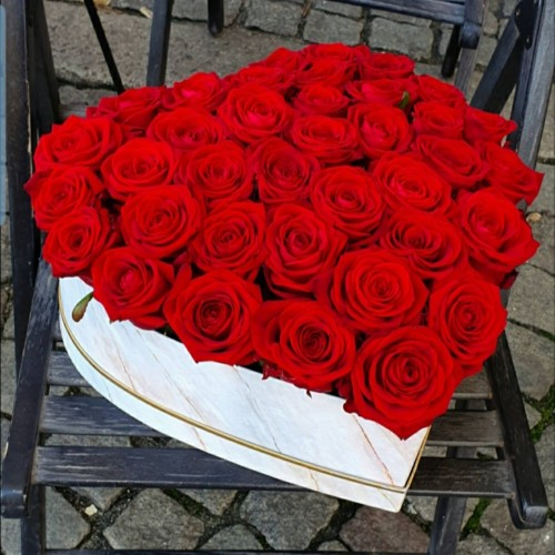 Кутия с цветя сърце